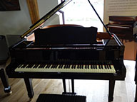 <span>Piano 1/4 queue Yamaha C3 noir brillant. </span>